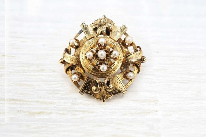 18k gold brooch of 19th century set with fine pearls