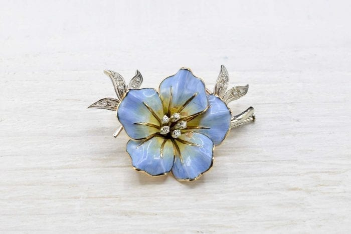 Flower brooch with 18k yellow gold diamonds.