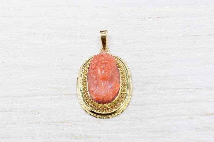 Coral pendant in 18k yellow gold