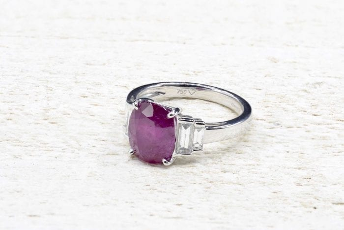 Burmese ruby ​​and diamond ring in 18k white gold