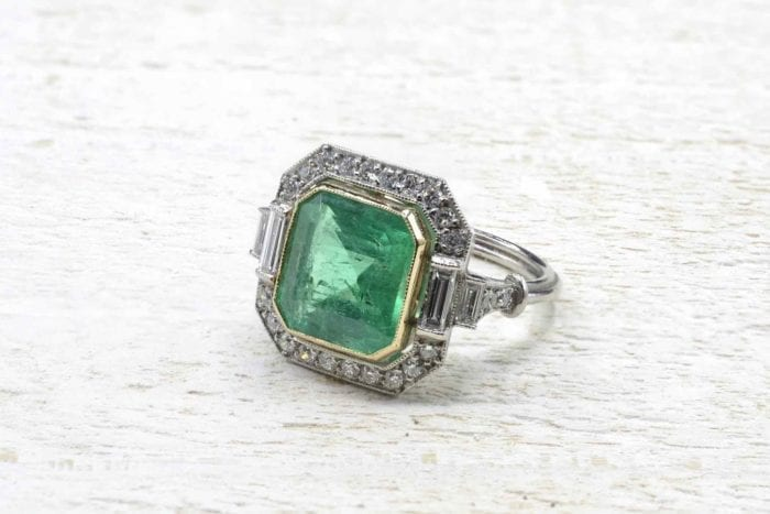 Emerald Art Deco ring in platinum diamonds