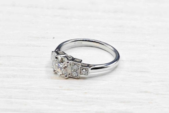 Solitaire vintage ring in 18k white gold