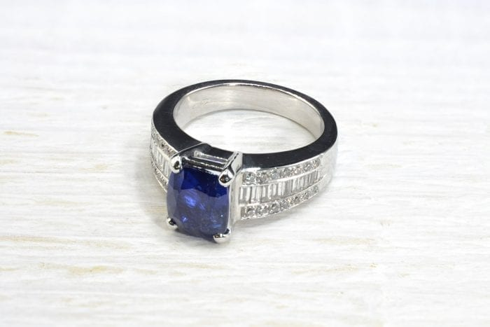 Sapphire and baguette diamonds ring in 18k white gold