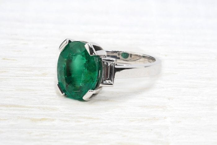 5,1 carats emerald ring in 18k white gold