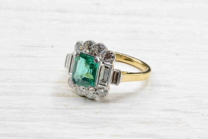 Emerald vintage ring and diamonds in 18k yellow gold