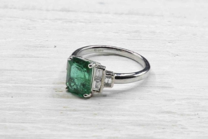 Emerald ring with diamonds in 18k white gold