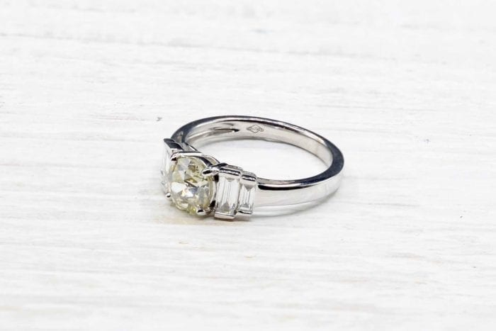 Ring solitaire with baguette diamonds in 18k white gold