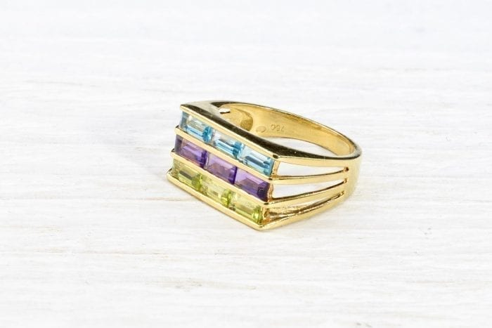 Fine stones ring in 18k yellow gold