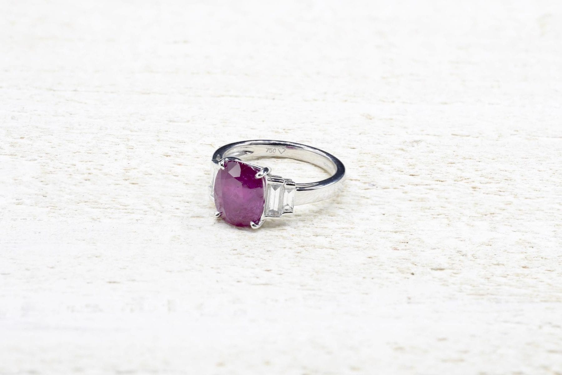 Burmese ruby ​​and diamond ring