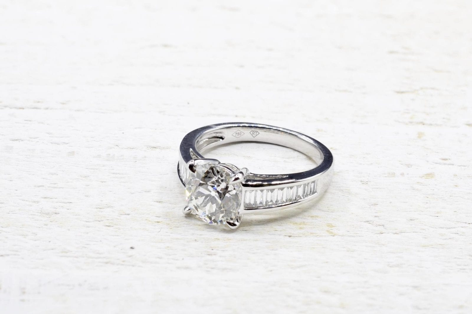 Solitaire diamond ring in 18k white gold