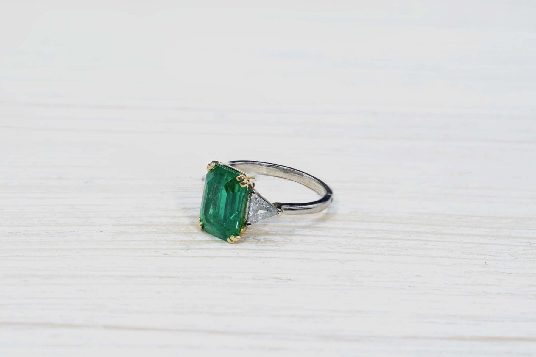 Emerald and 18k gold ring